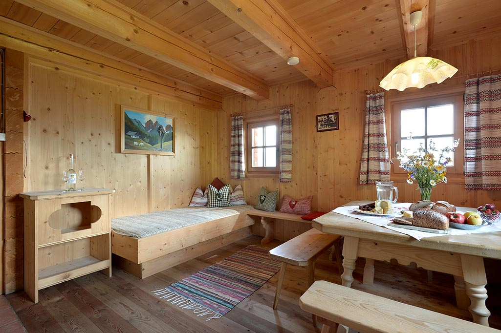 berghuette-pachten-alleinlage-zell-am-ziller-wohnstube